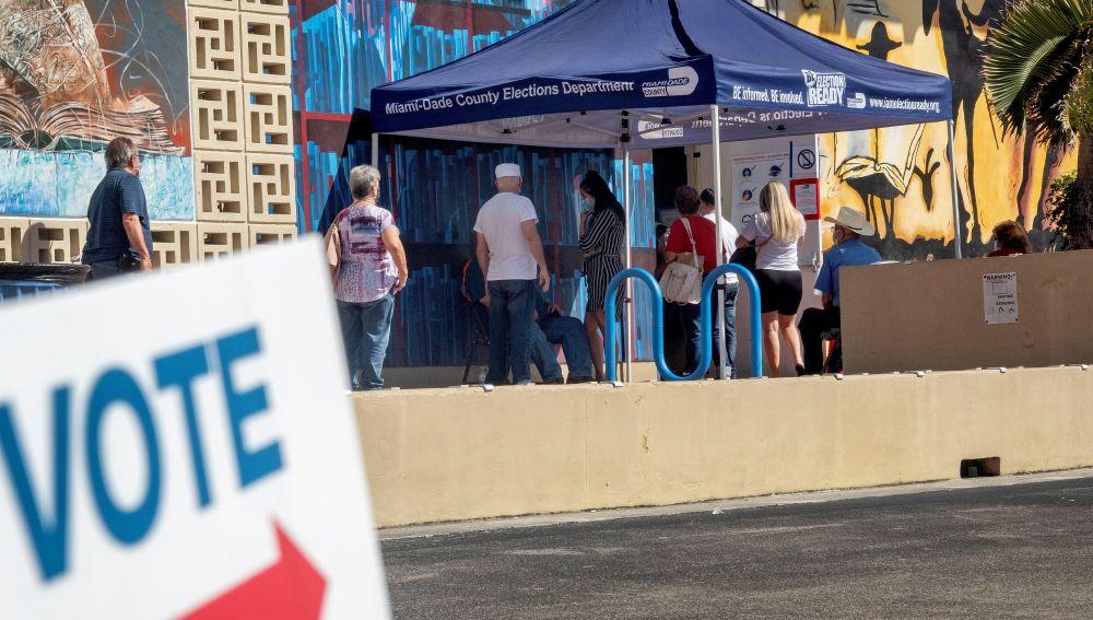 Los votantes esperan en fila para emitir sus votos en Florida
