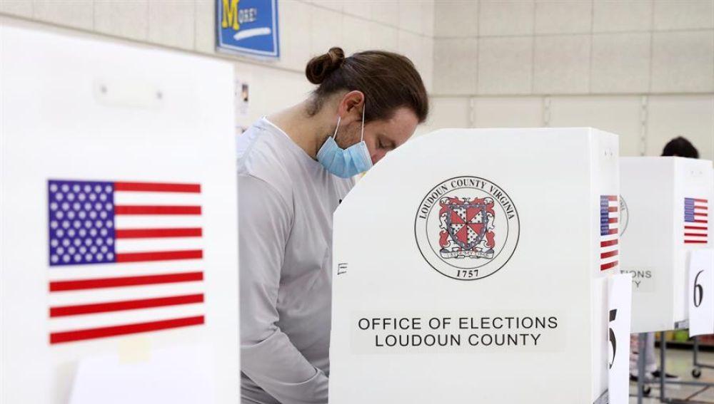 Un ciudadano con mascarilla vota en las elecciones presidenciales de EEUU