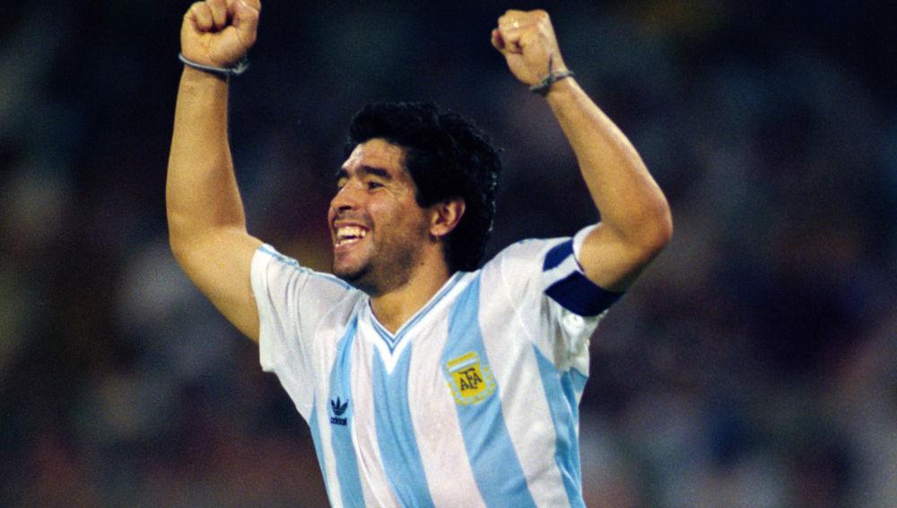 Diego Maradona celebra un gol con Argentina