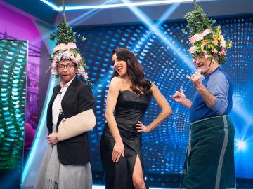 Mascarillas navideñas y faldas hechas con mantas, las tendencias de Pilar Rubio que conquistan a Karlos Arguiñano