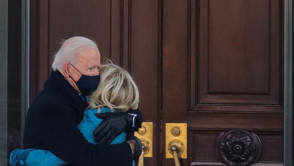 Joe Biden y Jill Biden se abrazan a las puertas de la Casa Blanca