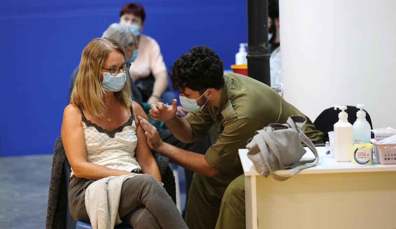Una mujer recibe la vacuna contra la COVID-19 en Tel Aviv (Israel)