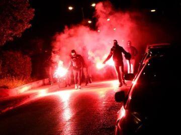 Imagen de las calles de Atenas convertidas en un campo de batalla tras una manifestación contra la violencia policial