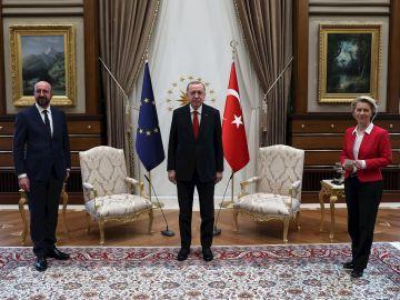 Presidente de turquía, Recep Tayyip Erdogan con la presidenta de la Comisión Europea, Ursula Von der Leyen y el presidente del Consejo Europeo, Charles Michel.