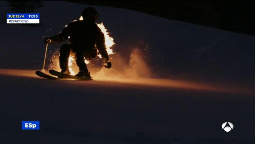 Un esquiador desciende envuelto en llamas por los Alpes franceses