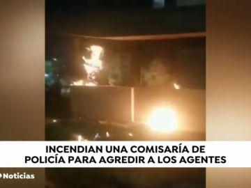 Incendian una comisaría de Bogotá y agreden a los agentes