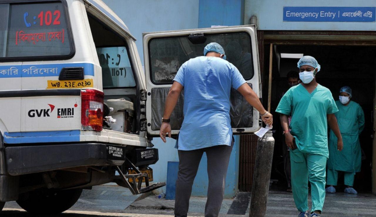Sanitarios en un hospital de la India