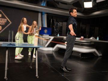 Las Twin Melody ponen a prueba a Arturo Valls con la 'jenga del culo' en 'El Hormiguero 3.0'