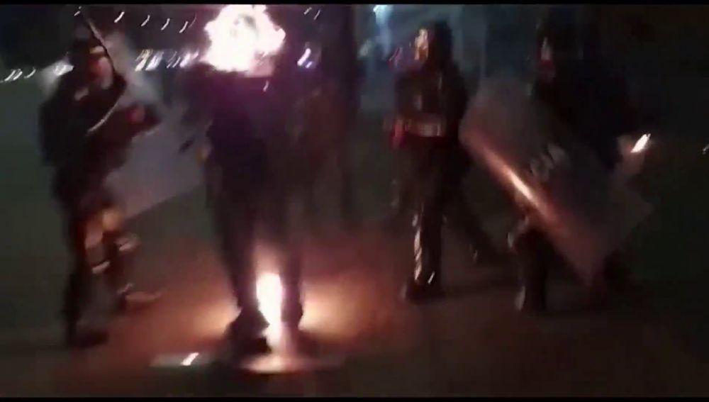 Los radicales arrojan un cóctel molotov a la cara de un policía en Colombia