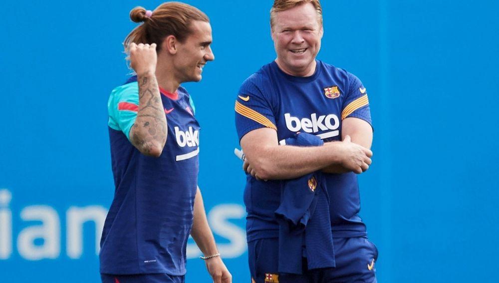 El técnico del Barcelona Ronald Koeman (d) y Griezmann, durante una sesión de entrenamiento en la ciudad deportiva Joan Gamper